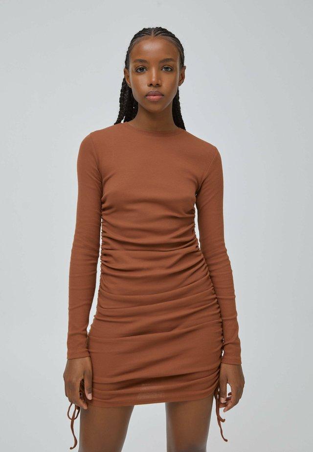 Sukienka dzianinowa - brown