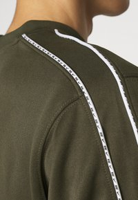 Nike Sportswear - REPEAT CREW - Long sleeved top - cargo khaki - 5
