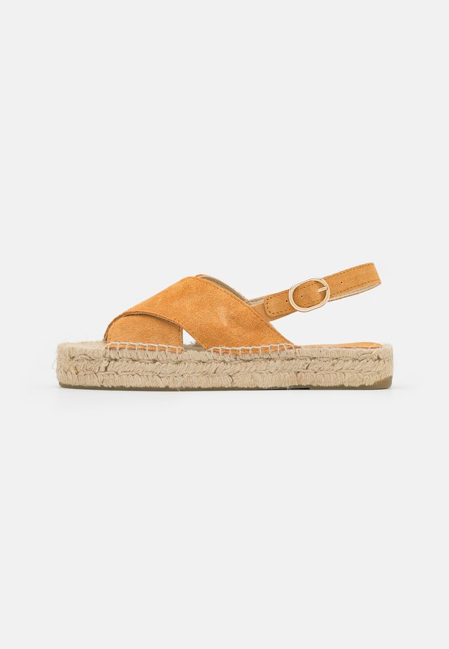 CROSSED FLAT - Sandalen met plateauzool - brown