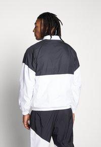 Nike SB - SHIELD SEASONAL - Kurtka sportowa - black/white - 2
