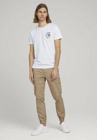 TOM TAILOR DENIM - Cargo trousers - smoked beige - 1
