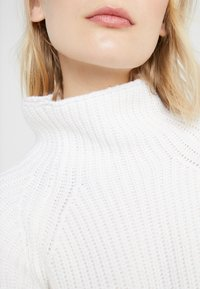 DRYKORN - CYNARA - Sweter - white - 5