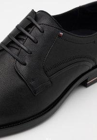 Tommy Hilfiger - SIGNATURE SHOE - Smart lace-ups - black - 5
