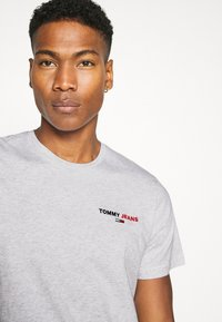 Tommy Jeans - CHEST CORP TEE UNISEX - T-shirt med print - silver grey - 4