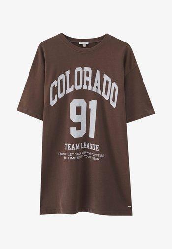 MIT FARBLICH ABGESETZTEM SLOGAN - Print T-shirt - mottled dark brown