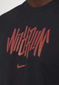 Nike Performance - DRY TEE WILD RUN - Print T-shirt - black - 4