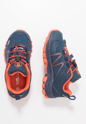 KIDS SANDEFJORD LOW UNISEX - Hiking shoes - mystic blue/orange
