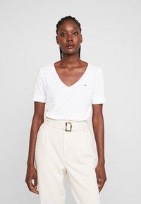 Tommy Hilfiger - CLASSIC  - T-shirt basique - white - 0