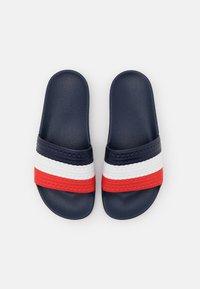 adidas Originals - ADILETTE SPORTS INSPIRED SLIDES UNISEX - Muiltjes - bright royal/red/footwear white - 3