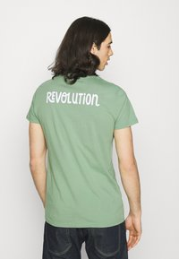 REVOLUTION - REGULAR - Print T-shirt - light green - 2