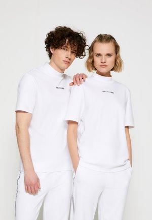 DAKAYO METALLIC UNISEX - Print T-shirt - white/silver