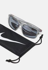 Nike Sportswear - VALIANT UNISEX - Sunglasses - wolf gray/uni red/silver-coloured - 2