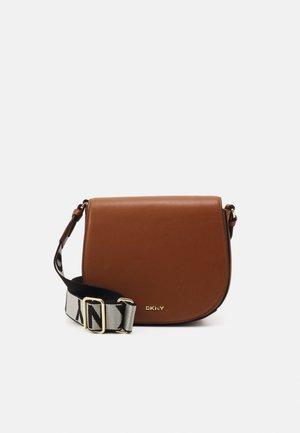 WINONNA SADDLE BAG AMANDA - Across body bag - caramel