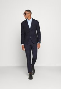 Isaac Dewhirst - CHECK - Completo - dark blue - 1