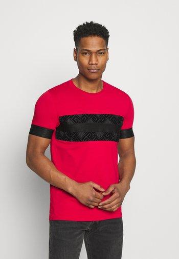 BARCO TEE - Print T-shirt - red/black
