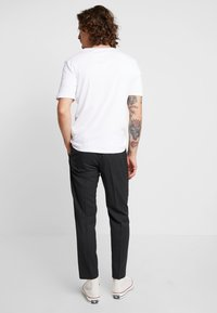 Calvin Klein Tailored - TRAVEL TAPERED PANT - Pantalon classique - anthracite - 2