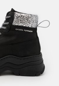 CHIARA FERRAGNI - WORKING BOOT - Ankle boots - black - 4
