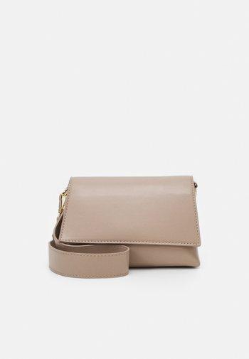 PCDAMARA CROSS BODY - Across body bag - taupe gray/gold