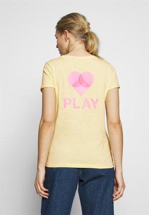 MODERN FIT PRINT TEE - Print T-shirt - pale yellow