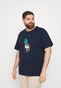 Polo Ralph Lauren Big & Tall - SHORT SLEEVE - Print T-shirt - newport navy - 0