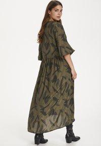 Kaffe - KADARLY - Robe d'été - capulet olive feather print - 2