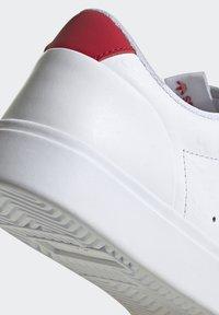 adidas Originals - SLEEK - Tenisky - footwear white/scarlet/core black - 10