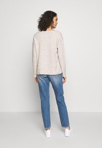 Vero Moda - VMCREWLEFILE V NECK - Strickpullover - birch - 2