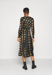 Scotch & Soda - PRINTED V-NECK MIDI LENGTH DRESS WITH PLEATS - Košilové šaty - combo - 2