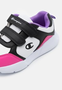 Champion - LOW CUT SHOE GRAFIC UNISEX - Sports shoes - white/new black/fuxia - 5