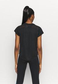 Nike Performance - ICON CLASH RUN  - T-shirt med print - black/silver - 2