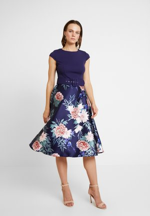 SOLID BODICE BELTED MIDI DRESS - Vestido informal - navy/print