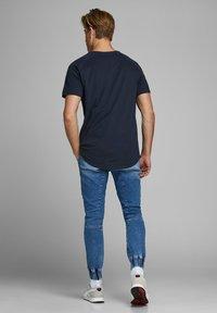 Jack & Jones - JJECURVED TEE O NECK - T-shirts basic - navy blazer - 2