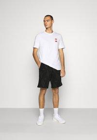 adidas Originals - SPORTS INSPIRED SHORT SLEEVE TEE - T-shirt z nadrukiem - white - 1