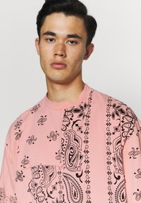 Jaded London - CUT AND SEW PAISLEY TEE - T-shirt con stampa - pink - 3