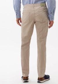 BRAX - STYLE COOPER FANCY - Pantalon classique - beige - 2