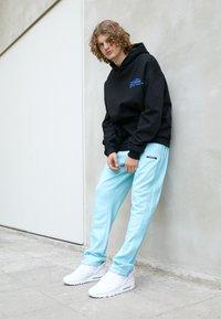 9N1M SENSE - STRIPE TRACK PANT UNISEX - Pantalon de survêtement - skyblue - 1