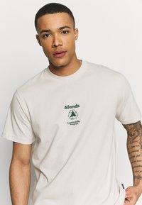 Afends - UNISEX SUBSTAINBILITY PROGRAMM TEE - T-shirt z nadrukiem - moonbeam - 4