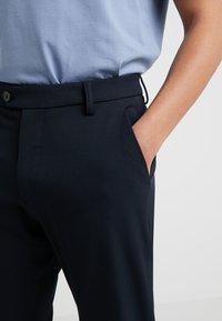 Les Deux - COMO LIGHT SUIT PANTS - Suit trousers - navy - 4