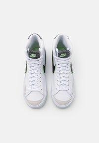 Nike Sportswear - BLAZER MID '77 - Korkeavartiset tennarit - white/black/vapor green/smoke grey - 3