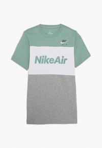 Nike Sportswear - AIR TEE - T-shirt z nadrukiem - silver pine/white/grey heather - 0