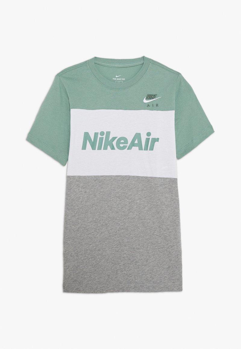 Nike Sportswear - AIR TEE - T-shirt z nadrukiem - silver pine/white/grey heather