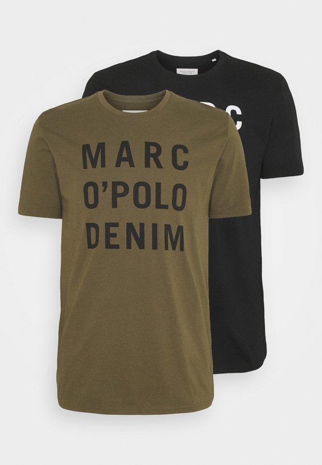 ZALANDO SPECIAL 2 PACK - T-shirt con stampa - black/fresh olive