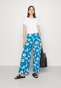 Marimekko - UNEKSUU PIENI UNIKKO TROUSERS - Trousers - blue/black/off-white - 1