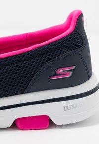Skechers Performance - GO WALK 5 - Obuwie do biegania Turystyka - navy/hot pink - 5