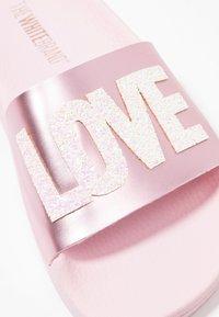 THE WHITE BRAND - CLASSIC LOVE - Mules - metallic pink - 2
