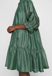 DESIGNERS REMIX - ENOLA RUFFLE DRESS - Vestido de cóctel - dusty green - 6