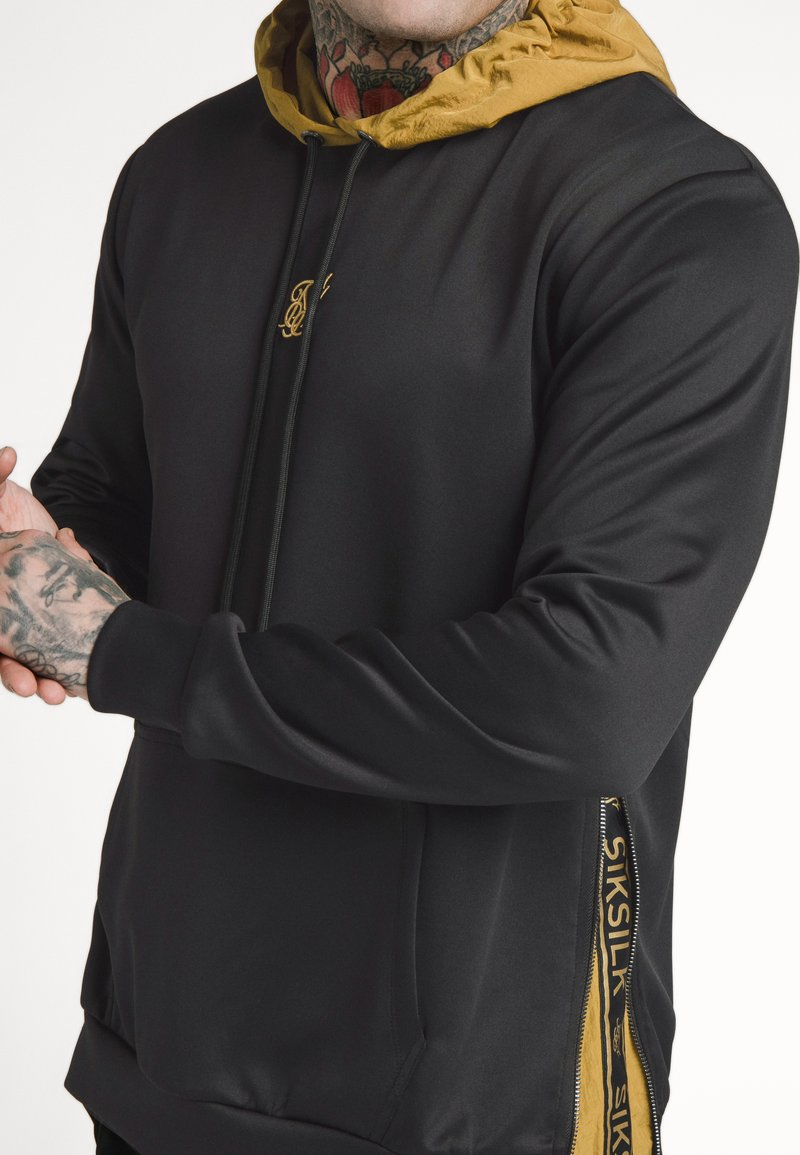 SIKSILK - PANEL TAPE OVERHEAD HOODIE - Jersey con capucha - black/gold