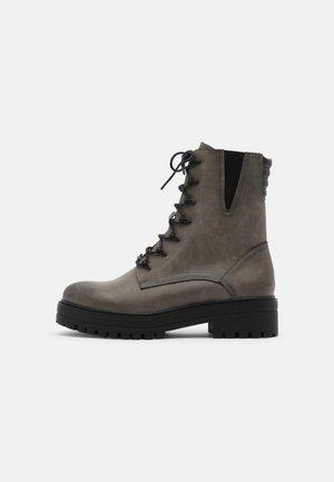 Šněrovací kotníkové boty - taupe