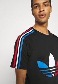 adidas Originals - TRICOL TEE UNISEX - Camiseta estampada - black - 4