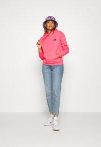 Tommy Jeans - BADGE HOODIE - Sweat à capuche - glamour pink - 1